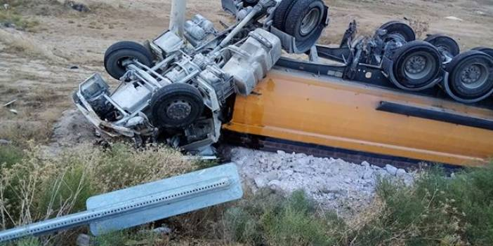Eşmekaya'da hafriyat kamyonu kaza yaptı: 1 yaralı