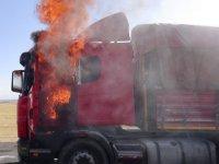 Aksaray'da Üzücü Olay! Alevler İçinde Kalan Tırını Ağlayarak Söndürmeye Çalıştı