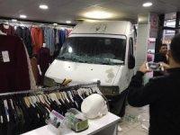 Kontrolden çıkan kamyonet giyim mağazasına girdi