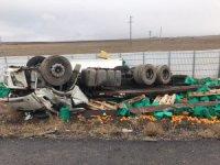 Konya'da portakal yüklü kamyon devrildi: 2 ölü