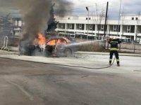 Hastane bahçesinde otomobil alev alev yandı