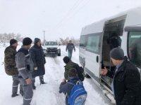 Karda mahsur kalan öğrencilerin yardımına Hüyük Belediyesi ekipleri yetişti