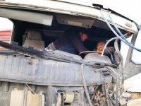 İki tırın çarpıştığı kazada sürücülerden biri kabinde sıkıştı