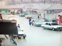 Savrulan kamyonet, yakıt dolduran 2 kişiye çarptı