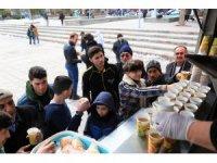 Aksaray Belediyesi vatandaşlara çorba ve lokma ikram etti