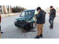 Kulu'da otomobille hafif ticari araç çarpıştı