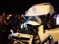 Aksaray'da minibüs tıra arkadan çarptı: 12 yaralı
