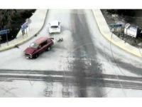 İki otomobil çarpıştı, bagajdaki köpekler yola savruldu