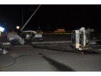 Hafif ticari araçla otomobil çarpıştı: 1 ölü, 9 yaralı