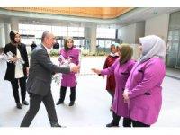 Başkan Kavuş'tan kadın personele karanfil
