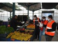 Akşehir'de maske ve eldiven dağıtımı