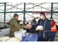 Akşehir Belediyesi maske ve eldiven dağıtımını sürdürüyor