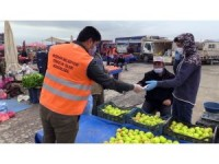 Akşehir Belediyesi pazarda maske dağıttı