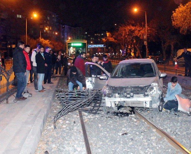 Otomobil tramvay hattına düştü: 1 yaralı