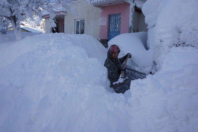 Derebucak'ta kar yüksekliği insan boyunu aştı
