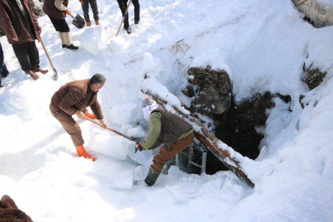 Dağdaki doğal deliğe yaz için tonlarca kar depolandı