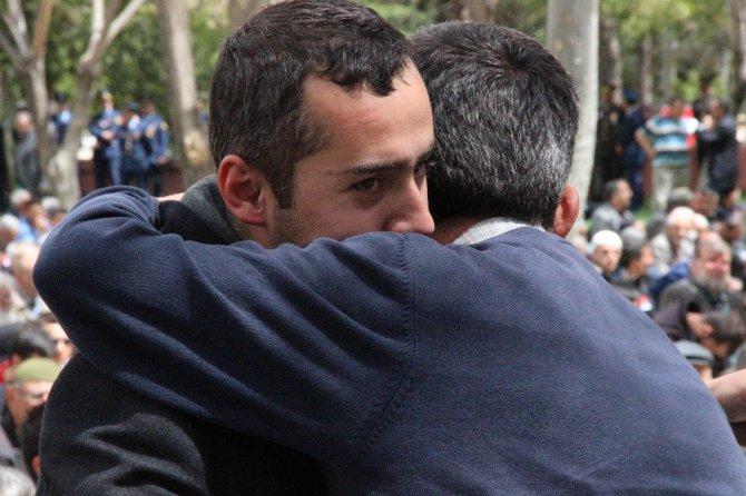 Şehidin babası oğlunu tabutunu öperek son yolculuğuna uğurladı