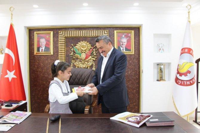 Başkan Tutal, makam koltuğunu ilkokul öğrencine bıraktı