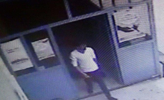 Camiden ayakkabı çalan hırsız kendi ayakkabısını vatandaşa bıraktı