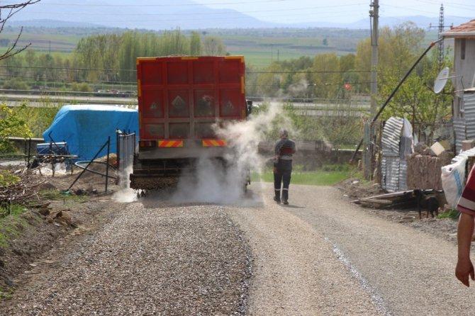 Seydişehir'de kırsal mahallelerde soğuk asfalt çalışması