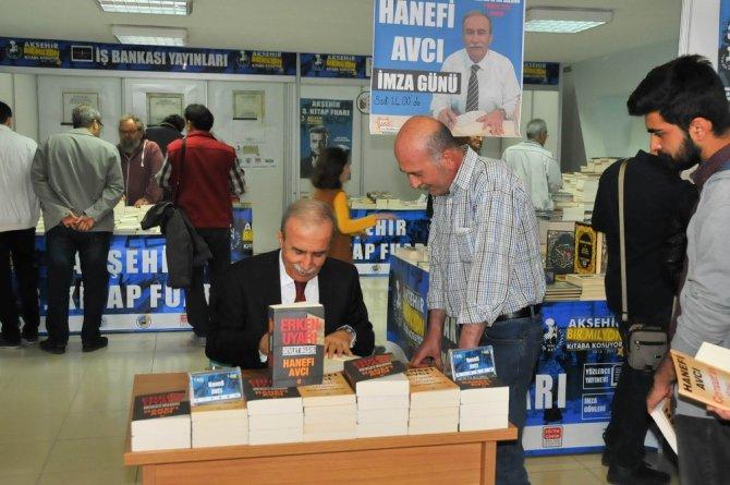 Yazarlar Akşehir Kitap Fuarı'nda kitaplarını imzaladı