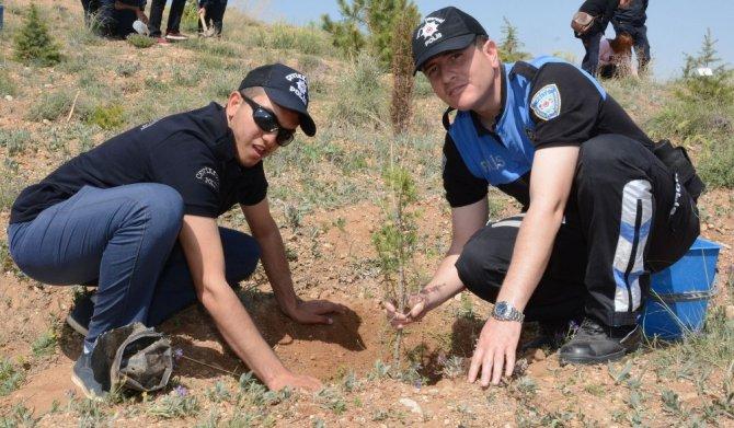 Özel gençler polis ormanında fidan dikti
