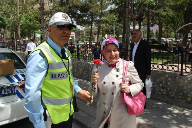 Konya'da trafik polisinden kadın sürücülere karanfil sürprizi