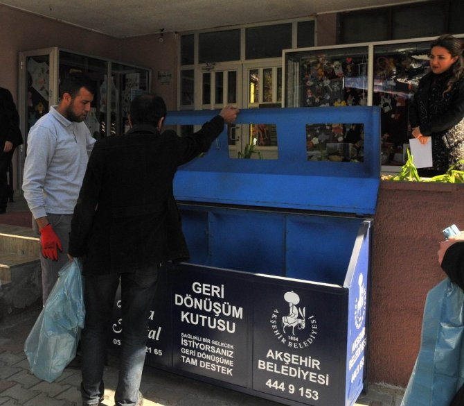 Akşehir Belediyesi'nden okullara üçlü geri dönüşüm kutuları