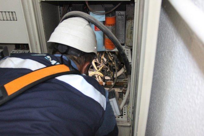 Elektrik panosuna sıkışan güvercin kurtarıldı