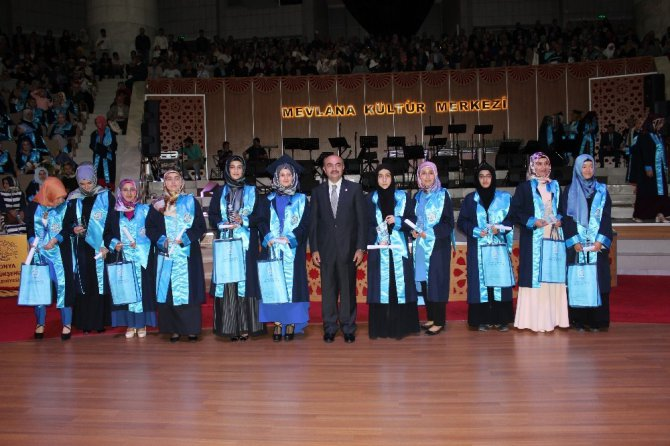 NEÜ İlahiyat Fakültesi mezun öğrencilerini törenle uğurladı