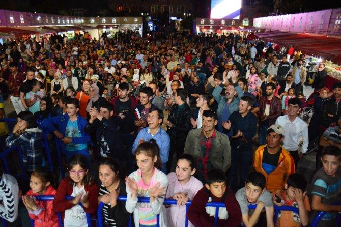 Hacivat ve Karagöz Ramazan Sokağına renk katıyor