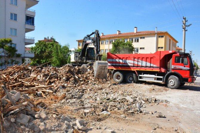 Aksaray Belediyesi metruk binaları yıkımını sürdürüyor