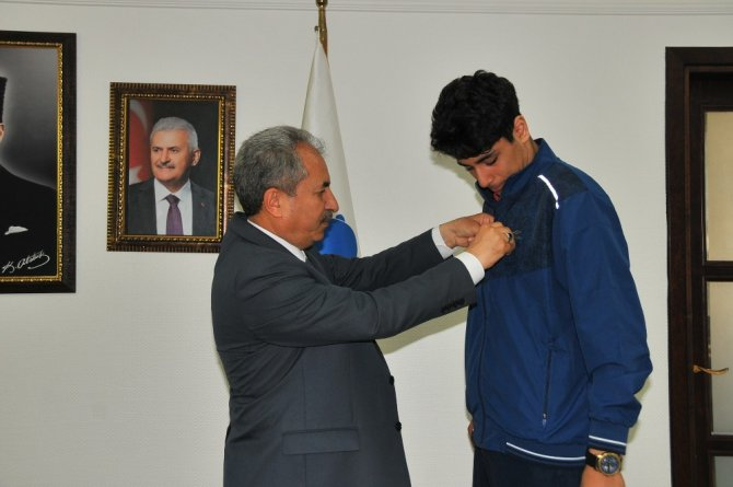 Başkan Akkaya'dan başarılı sporcuya ödül