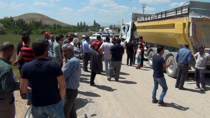 Kum kamyonlarına tepki gösteren vatandaşlar yol kapattı