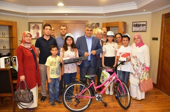 Başkan Özgüven, kitap okuma yarışmasında dereceye girenleri ödüllendirdi