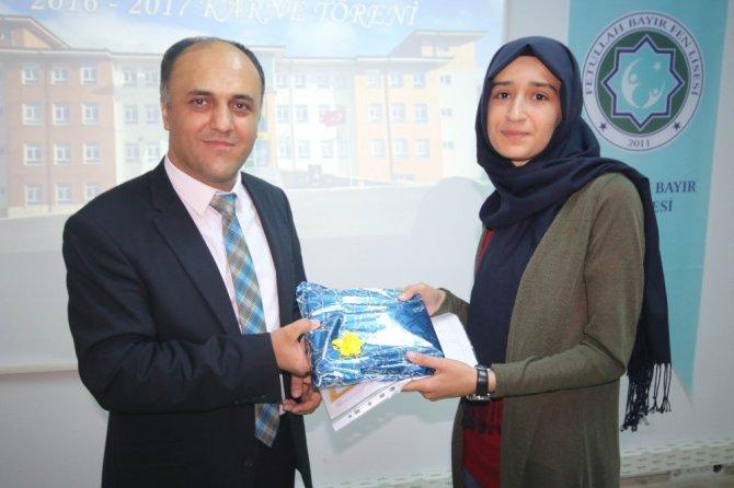 Başkan Özaltun'dan okul derecesi yapan öğrencilere tablet