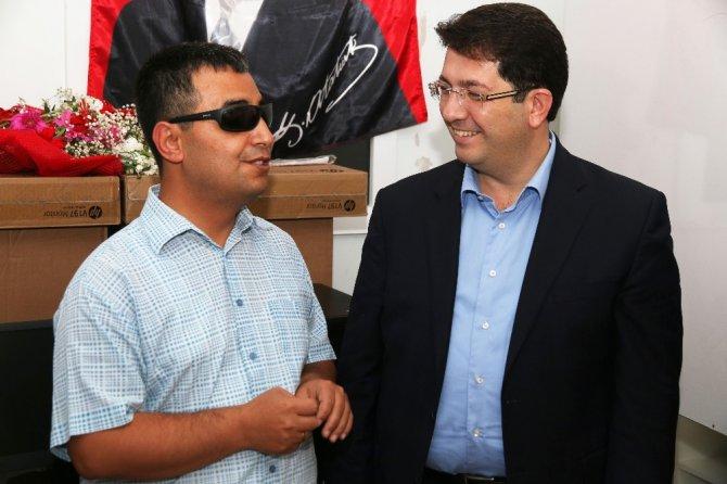 Belediye'den görme engelliler derneğine bilgisayar desteği