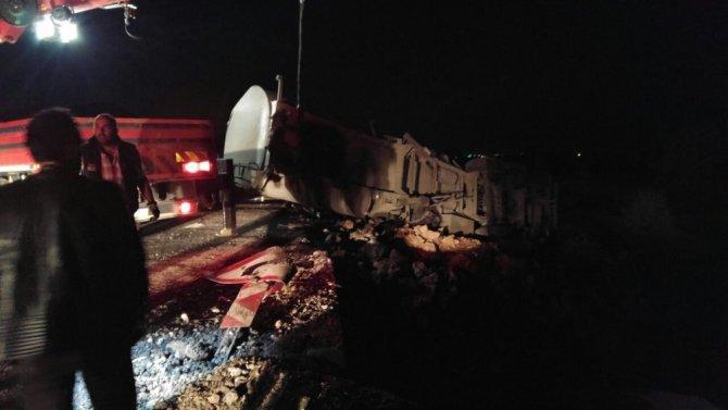 Konya'da zift yüklü tır devrildi: 1 ölü