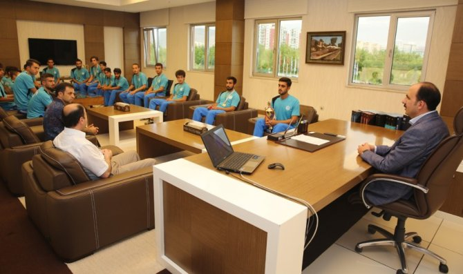 Süper Lige yükselen hokey takımından Başkan Altay'a ziyaret
