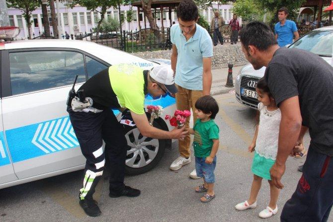 Babalar Günü uygulaması yapan polislere bu kez sürücülerden sürpriz