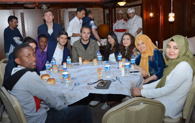 """Konya'da """"Birlikte Yaşamak ve Mülteciler"""" konulu söyleşi düzenlendi"""