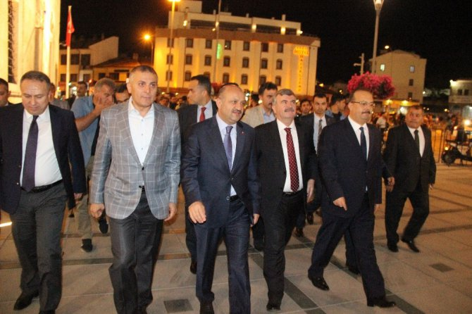 Kadir Gecesi'nde onbinler Mevlana Meydanı'nda bir araya geldi