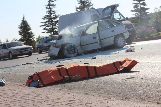 Otobüse çarpıp aracından yola fırlayan sürücü hayatını kaybetti