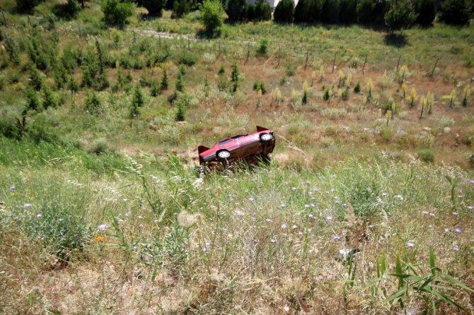 Kamelyaya çarpan otomobil 25 metrelik uçuruma yuvarlandı: 3 yaralı