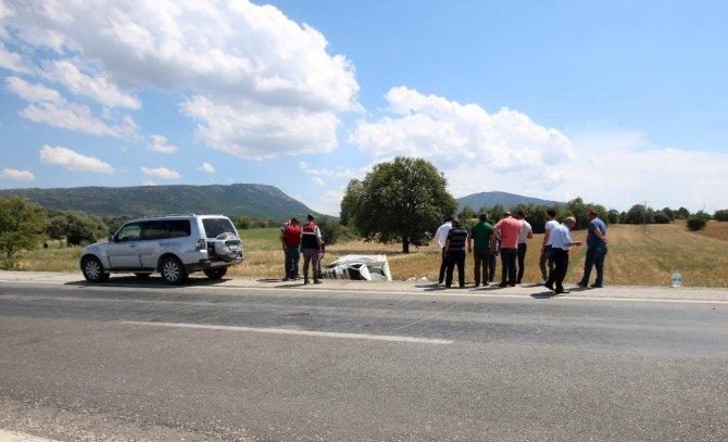 Yemek kamyoneti tarlaya devrildi: 1 ölü, 4 yaralı