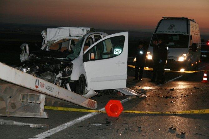 Hafif ticari araç kamyona çarptı: 3 ölü