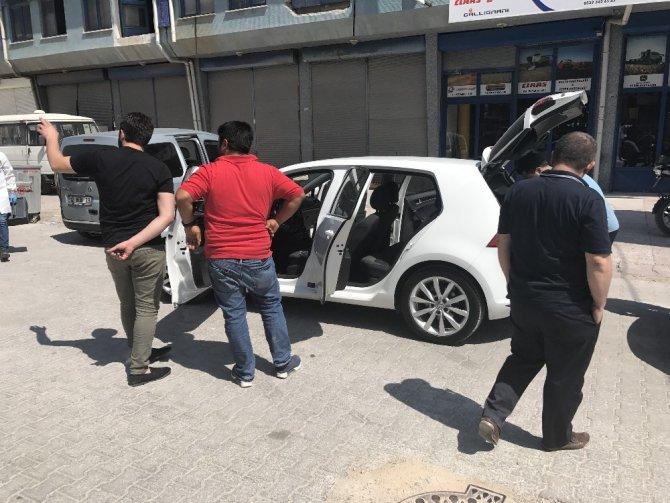10 saniyede otomobilde bulunan 55 bin lirayı çaldılar