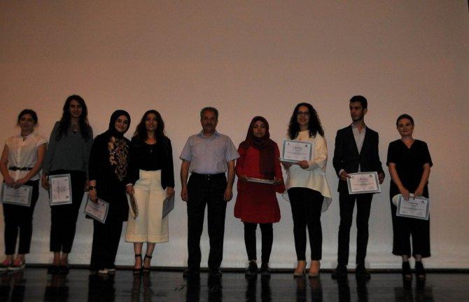 Tasarım yarışmasında dereceye giren öğrencilere ödül