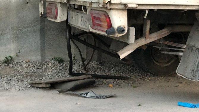 Otomobille çarpışan kamyonet yol kenarındakilerin arasına daldı: 1 ölü, 7 yaralı