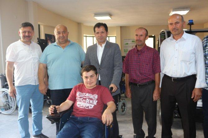 Altunyaldız'dan engelli gence anlamlı hediye